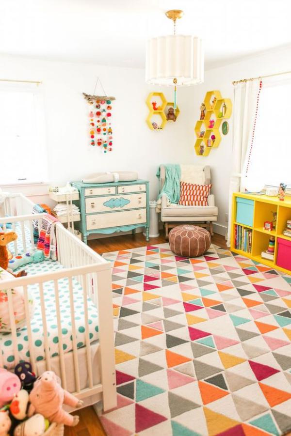 Kunterbuntes Babyzimmer Bett bunter Teppich Hocker Wanddekoration zu viele Farben