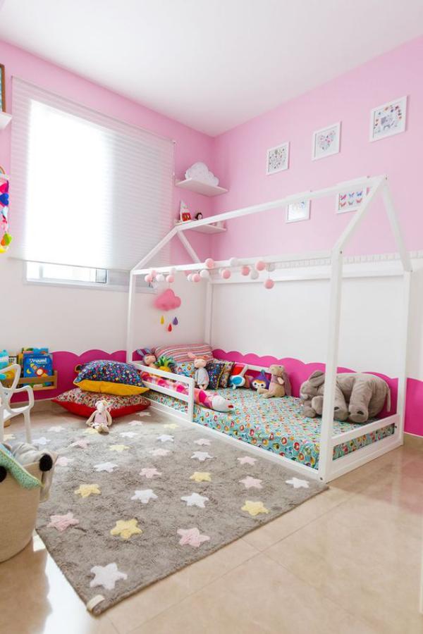 Kunterbuntes Babyzimmer Rosa und Grau in Kombination grauer Teppich rosa Wände Kissen Spielecke
