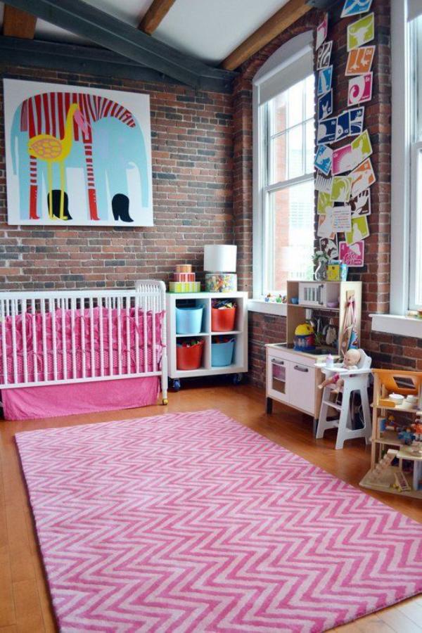 Kunterbuntes Babyzimmer Ziegelwand als Akzent rosa Teppich Bettwäsche Bilder Zeichnungen als Wanddekoration