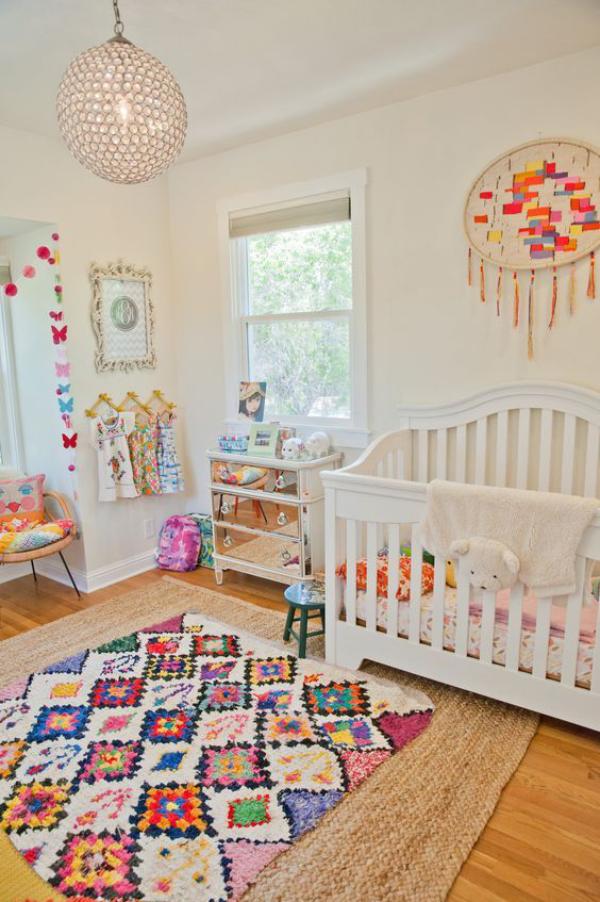 Kunterbuntes Babyzimmer bunter Teppich Wanddekoration