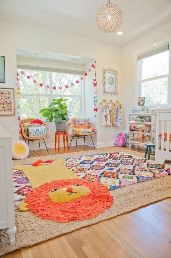 Kunterbuntes Babyzimmer ein gemütliches Ambiente schaffen weicher Teppich