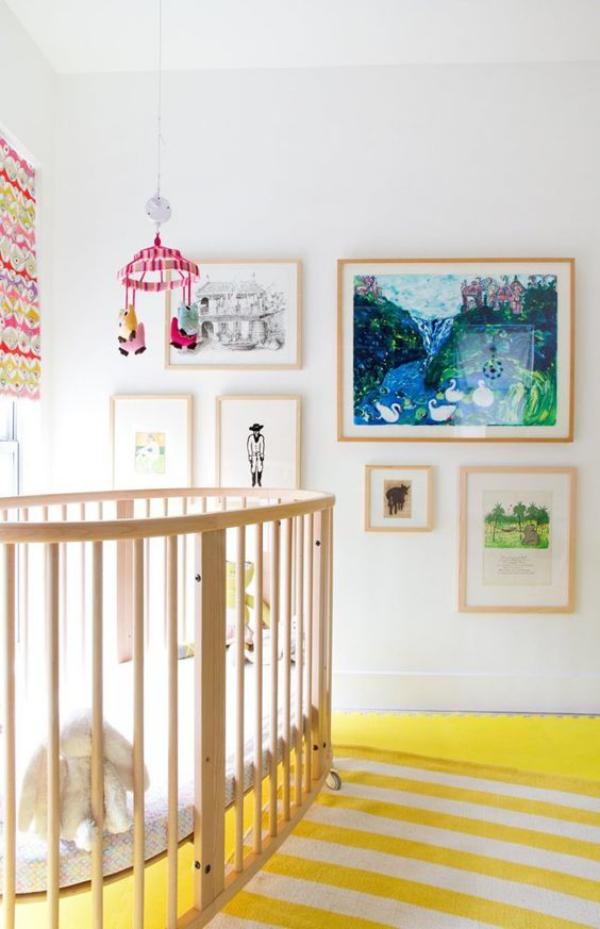 Kunterbuntes Babyzimmer gelb-weißer Teppich in Streifen Wandbilder schöne Dekoration