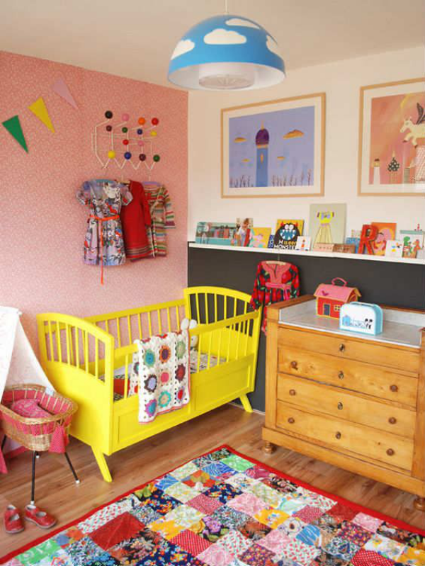 Kunterbuntes Babyzimmer gelbes Kinderbett zu viele Farben vermeiden