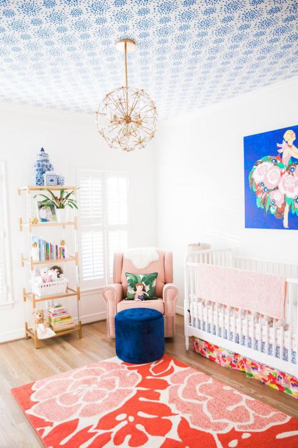 Kunterbuntes Babyzimmer schönes Ambiente marineblauer Hocker Wandbild rosa Akzente