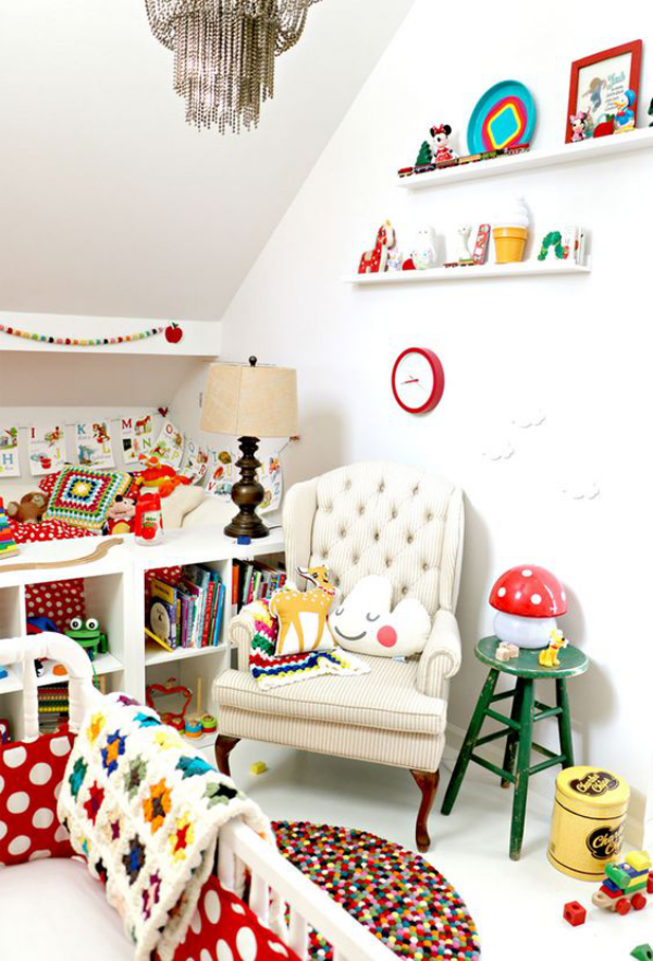 Kunterbuntes Babyzimmer weiße Wände zu viele Farben ein farbiges Durcheinander vermeiden