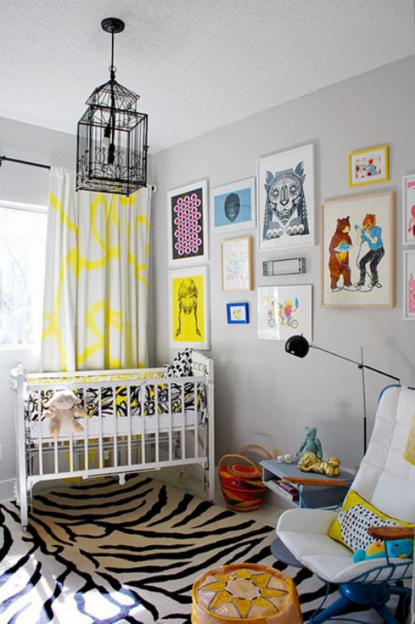 Kunterbuntes Babyzimmer weicher fein gemusterter Teppich Kinderzeichnungen als Wanddekoration