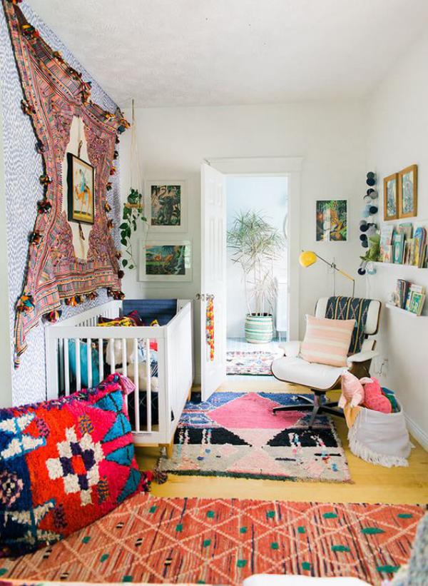 Kunterbuntes Babyzimmer zu viele Farben ein Durcheinander vermeiden Wandteppich Bilder Kissen