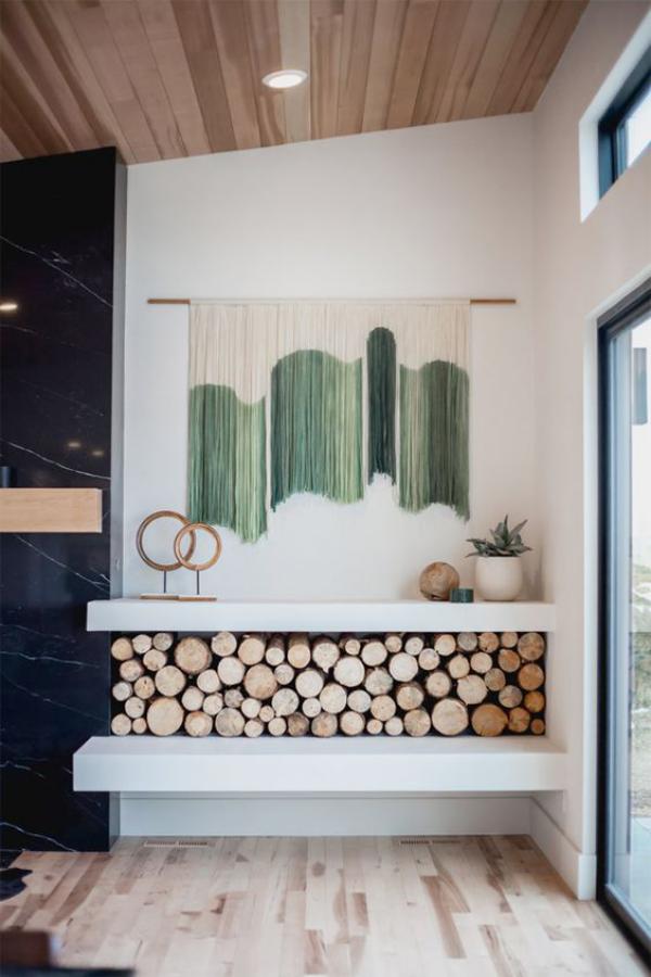Leere Wand zum Hingucker machen Wandbehang selber meistern schmücken Brennholz darunter