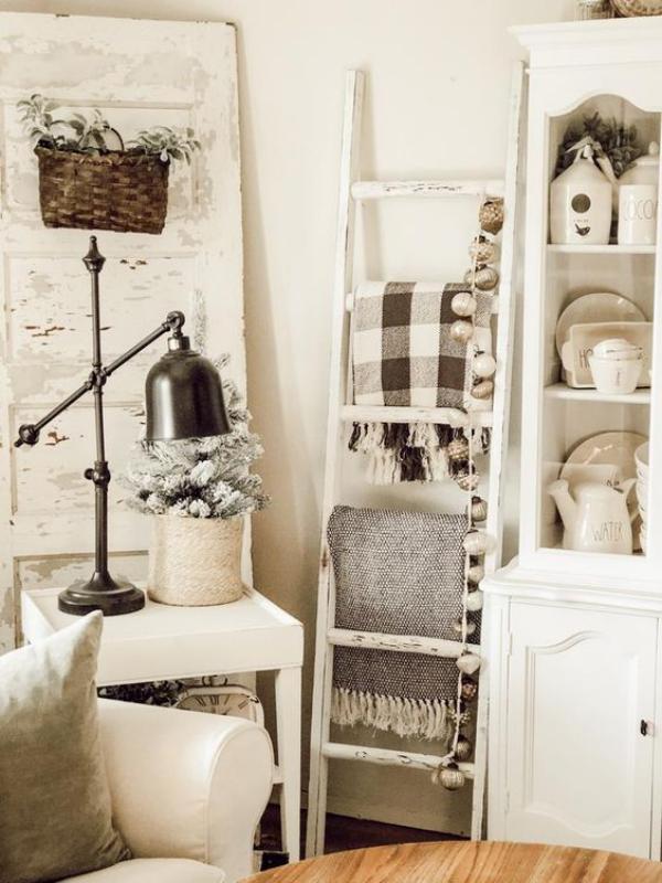 Leere Wand zum Hingucker machen Wohnzimmer im Boho Style Leiter an die Wand angelehnt
