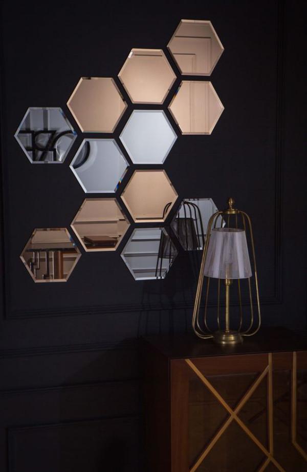 Leere Wand zum Hingucker machen dunkle Wandfarbe sechseckige Spiegel interessante Installation