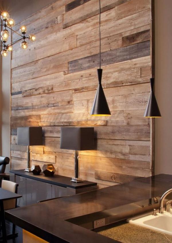 Leere Wand zum Hingucker machen eine Wandabdeckung aus wiederverwendetem Holz