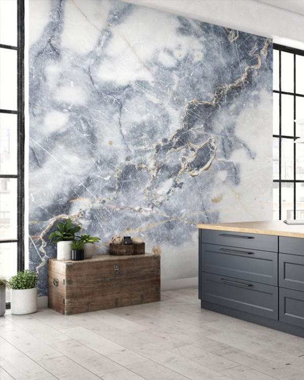 Leere Wand zum Hingucker machen graue Tapete in Marmor Optik auffällig schön