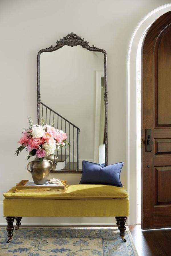Leere Wand zum Hingucker machen großer Spiegel in Vintage Metallrahmen in der Diele