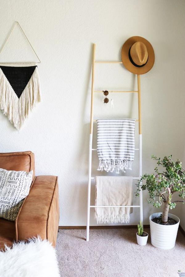 Leere Wand zum Hingucker machen im Wohnzimmer Sonnenbrille Hut Tücher darauf aufhängen
