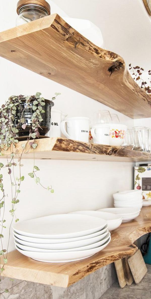 Leere Wand zum Hingucker machen schönes Küchenregal aus altem Holz