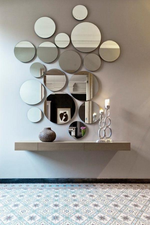 Leere Wand zum Hingucker machen zahlreiche runde Spiegel in verschiedenen Größen