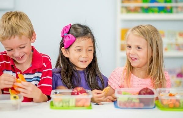 Lunchbox mit Fächern Rezepte Kindergarten Mittagsbox zusammen essen
