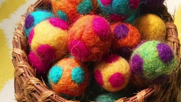 Nassfilzen bunte Filzeier dekorative Osterdeko Filzen mit Kindern