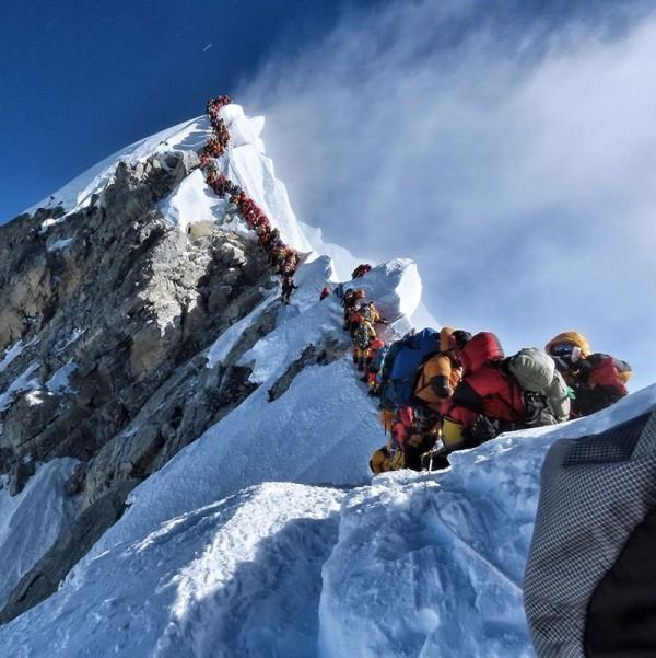 Neuer Weltrekord Nirmal Purja erklimmt alle Achttausender in nur 6 Monaten! stau am everest