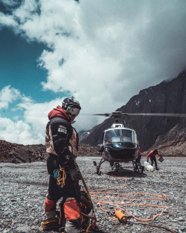 Nims und sein Team feiern nach dem Aufstieg auf K2 in Pakistan rettungsaktion im hochgebirge