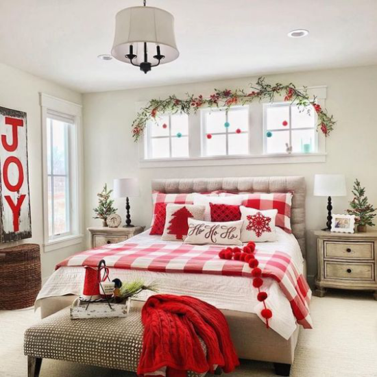 Schlafzimmer weihnachtlich dekorieren Bettdecke in Karomuster rot weiß grüne Zweige Girlande