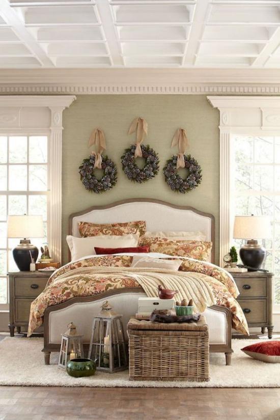 Schlafzimmer weihnachtlich dekorieren Kränze an der Wand Flechtkorb ansprechendes Ambiente