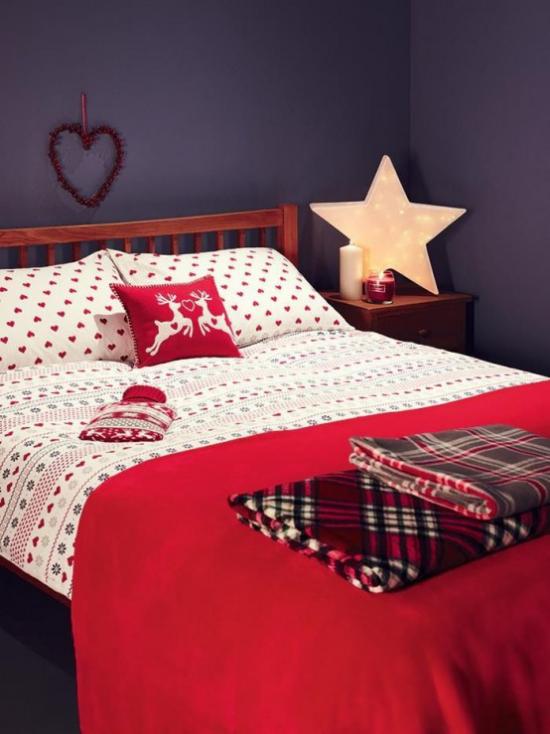 Schlafzimmer weihnachtlich dekorieren Schlafbett Bettdecke in rot und weiß Stern