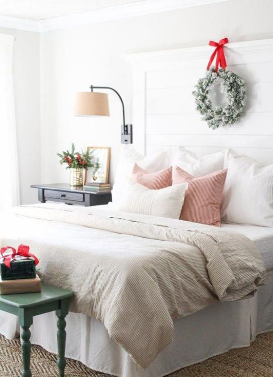 Schlafzimmer weihnachtlich dekorieren einfaches Ambiente wenig Deko Kranz rote Schleife
