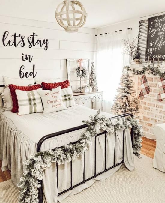Schlafzimmer weihnachtlich dekorieren großes Schlafbet
