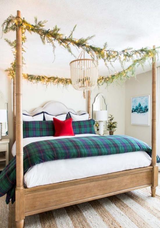 Schlafzimmer weihnachtlich dekorieren großes Schlafbett Lichter grüne Girlanden