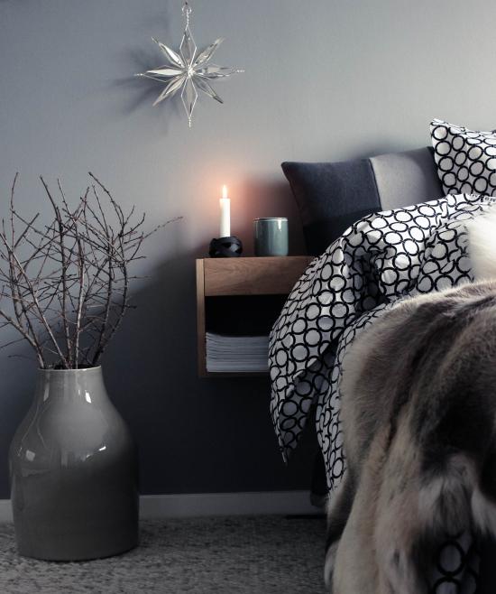 Schlafzimmer weihnachtlich dekorieren in Grau verschiedene Nuancen dezentes Ambiente
