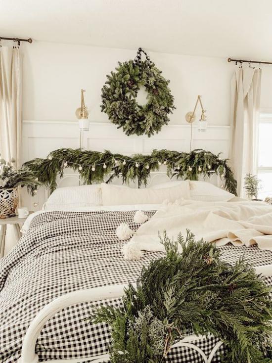 Schlafzimmer weihnachtlich dekorieren in Weiß und Grau viel Grün grüne Zweige