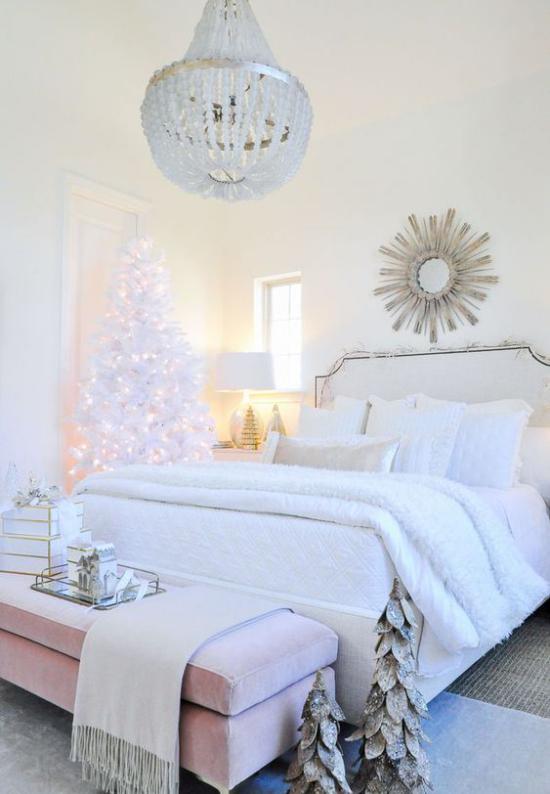 Schlafzimmer weihnachtlich dekorieren in Weiß und Silber Weihnachtsbaum Lichter