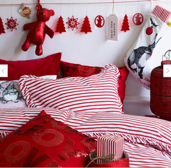 Schlafzimmer weihnachtlich dekorieren in rot und weiß Girlande aus Weihnachtsornamenten