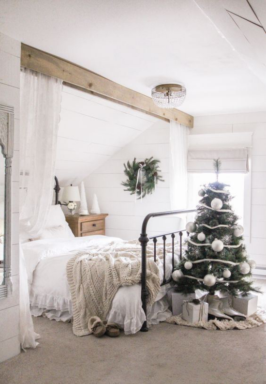 Schlafzimmer weihnachtlich dekorieren neutral gestaltetes Ambiente ein dezent geschmückter Christbaum
