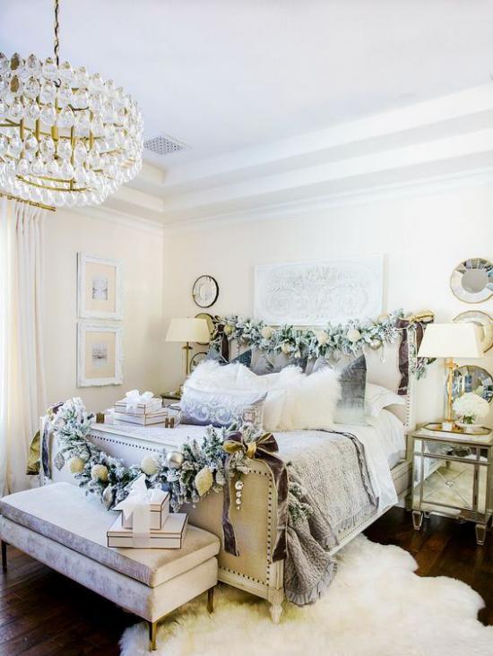 Schlafzimmer weihnachtlich dekorieren neutrales Ambiente Weiß Silber etwas Blau Girlanden
