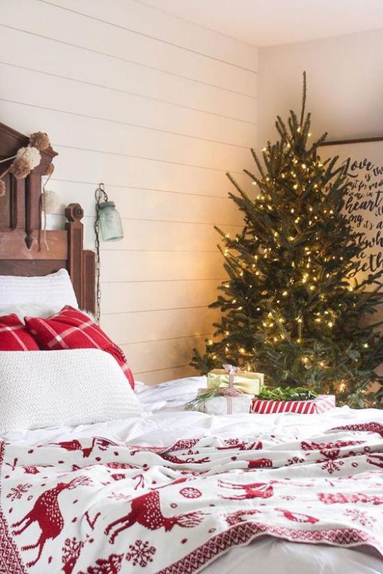 Schlafzimmer weihnachtlich dekorieren rot und weiß dominieren Weihnachtsbaum in der Ecke platzieren