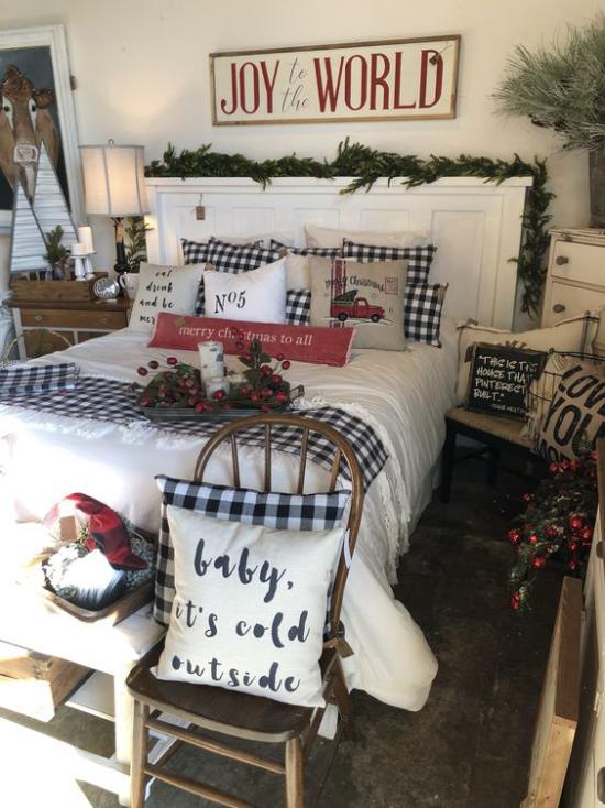 Schlafzimmer weihnachtlich dekorieren viele Gaben der Natur gebrauchen rote Hagebutten grüne Girlanden