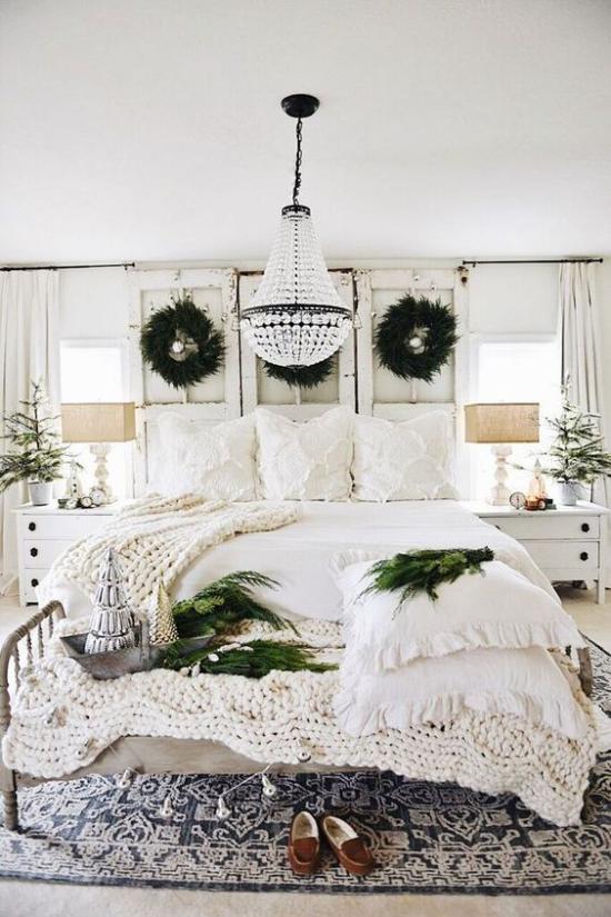 Schlafzimmer weihnachtlich dekorieren weißes Ambiente etwas Blau grüne Zweiße Kränze