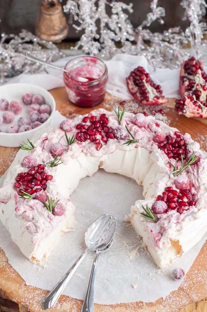 Viel Sahne und roter Kuchen Kuchendeko