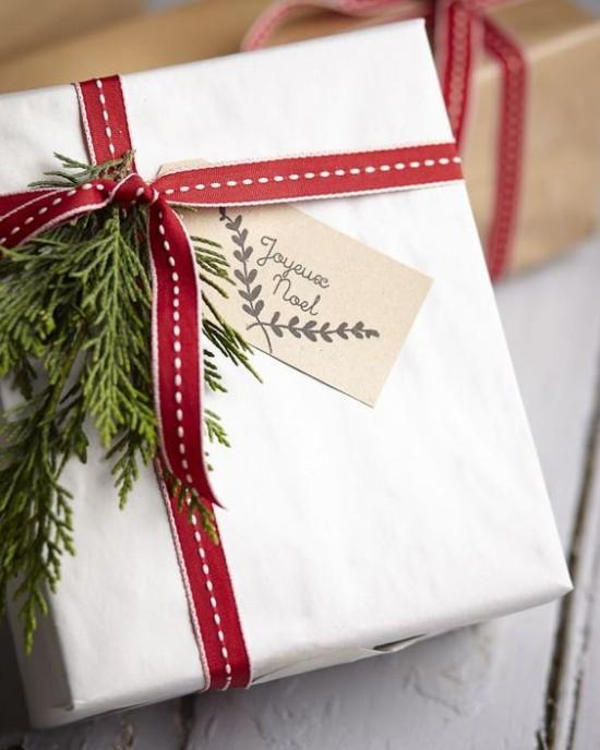 Weihnachtsdeko Ideen in Rot und Weiß Geschenkt verpackt Tannengrün rote Schleife