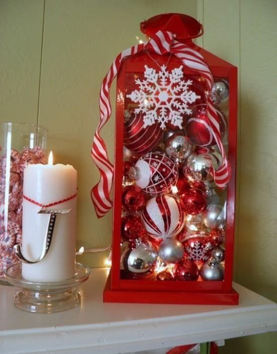 Weihnachtsdeko Ideen in Rot und Weiß Kugeln Sterne glänzender Schmuck