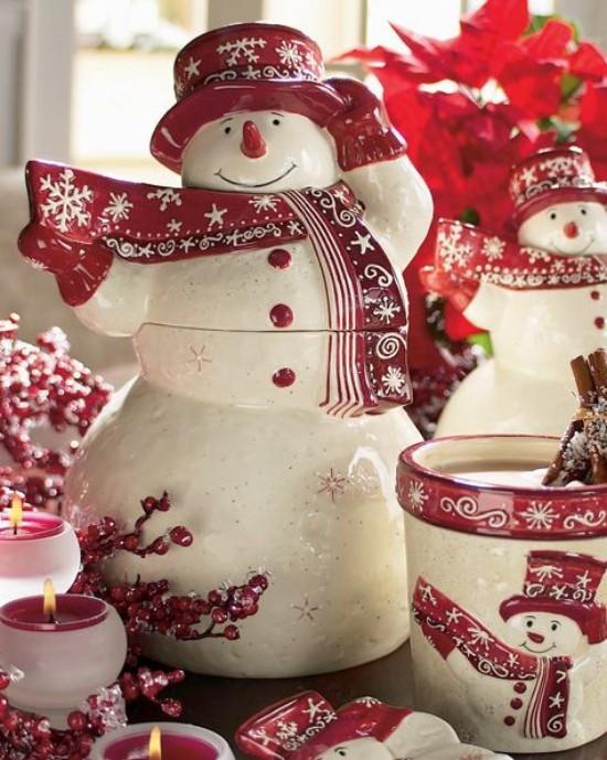 Weihnachtsdeko Ideen in Rot und Weiß Schneemannfigur weitere Ornamente Kerzen Weihnachtsstern