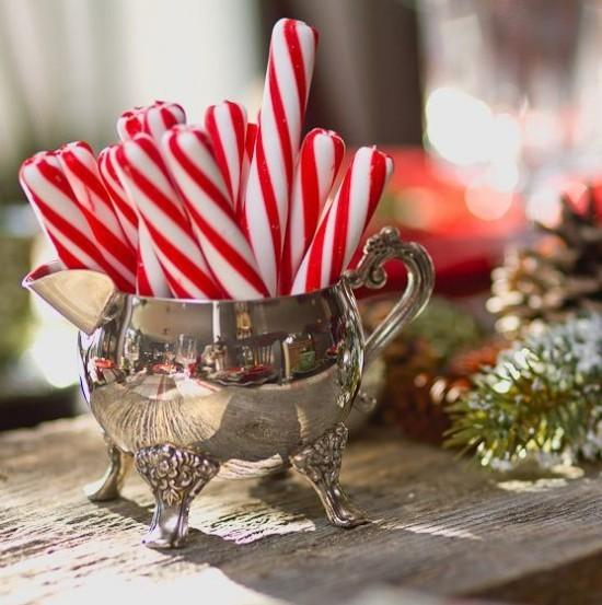 Weihnachtsdeko Ideen in Rot und Weiß Zuckerstangen im Silbergefäß ein Lutschgenuss für die Kleinen