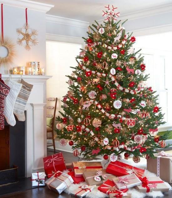Weihnachtsdeko Ideen in Rot und Weiß dekorierter Christbaum mit schön verpackten Geschenken darunter