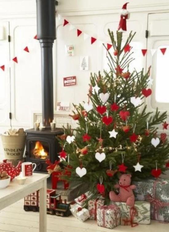 Weihnachtsdeko Ideen in Rot und Weiß dekorierter Christbaum