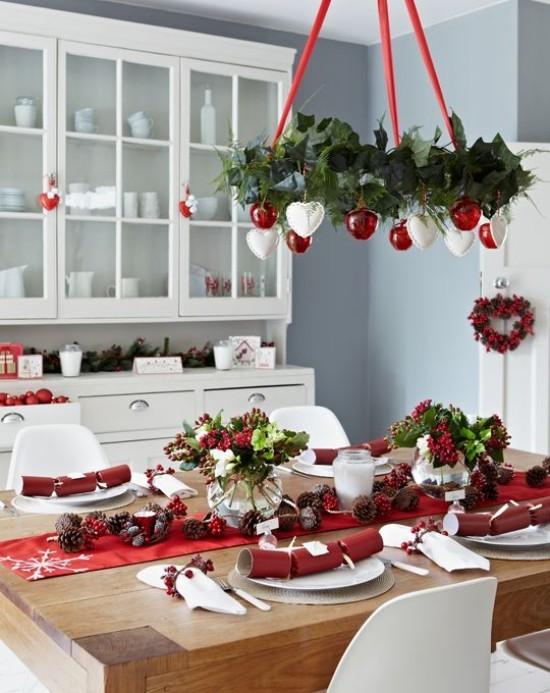 Weihnachtsdeko Ideen in Rot und Weiß festlich gedeckter Tisch roter Tischläufer