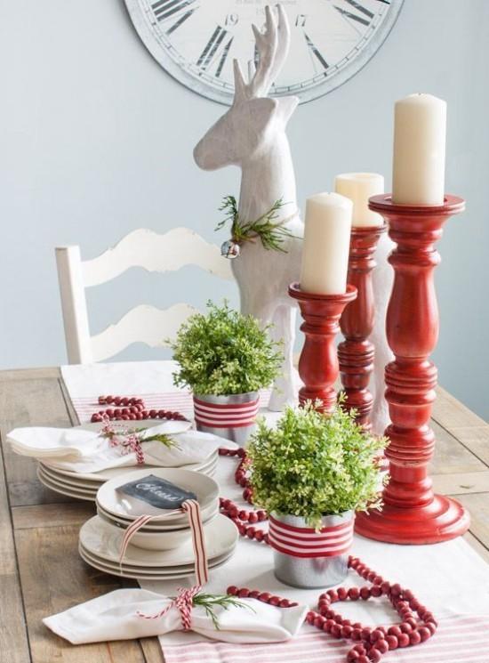 Weihnachtsdeko Ideen in Rot und Weiß gedeckter Tisch weißes Geschirr rote Kerzenhalter