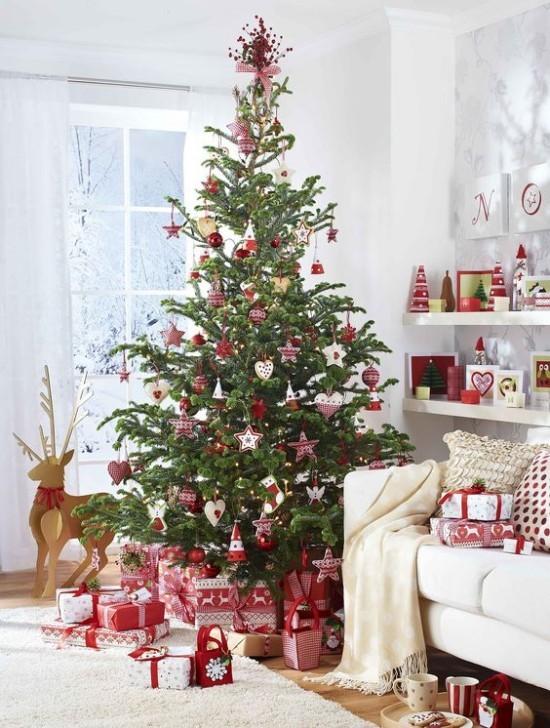 Weihnachtsdeko Ideen in Rot und Weiß schön dekorierter Weihnachtsbaum