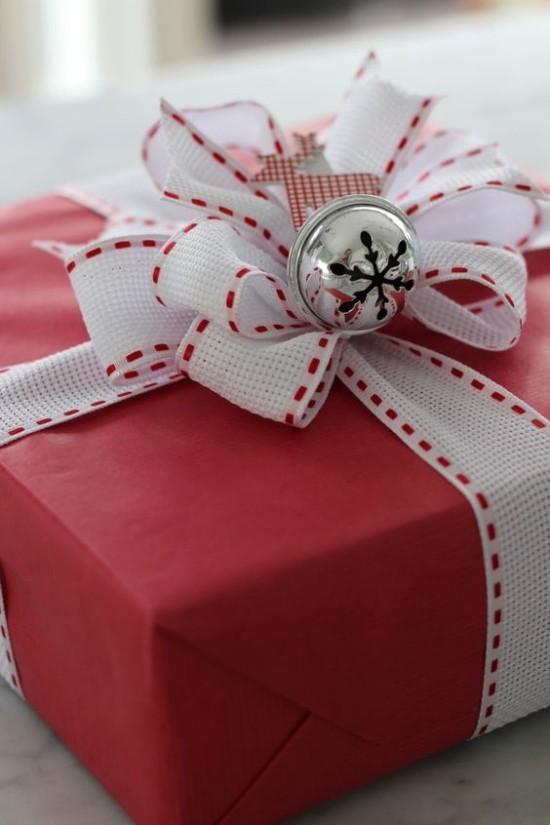 Weihnachtsdeko Ideen in Rot und Weiß schön verpacktes Geschenk rotes Papier weiße Schleife